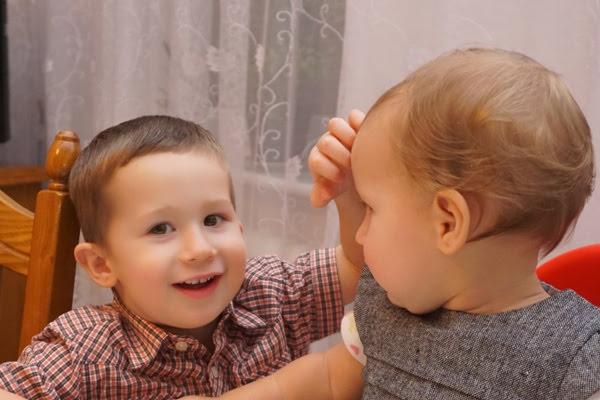 trzyletni chłopiec i roczna siostra. Empatia rodzeństwa
