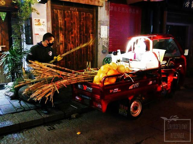 Czas na trzcinę cukrową (Saccharum officinarum) - jak sie je trzcine, jak wyglada trzcina cukrowa w Chinach, Egzotyczne przysmaki Azji.