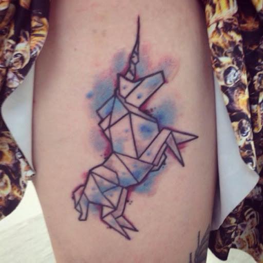 Este origami inspirado tatuagem de unicórnio