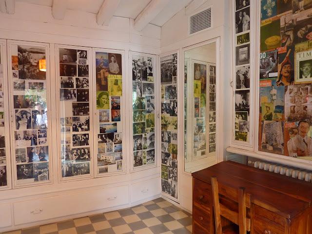 Habitación llena de fotografías en la Casa Museo Dali