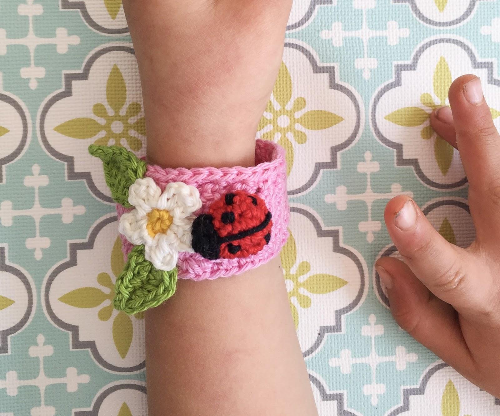 Anleitung Für Ein Gehäkeltes Armband Mit Blüten Und Marienkäfer