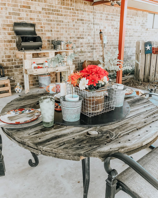 How to make a patio table out of an old wood pallet.