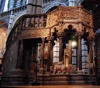 la célèbre chaire en marbre de Carrare fut réalisée par Nicola Pisano entre 1265 et 1268.