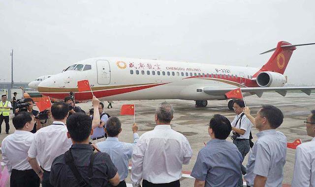Funcionários comemoram primeiro voo comercial bem sucedido do ARJ21-700