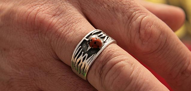 טבעת, סתיו אדם, קעקוע, חיפושית, צילום אורנה לבנה