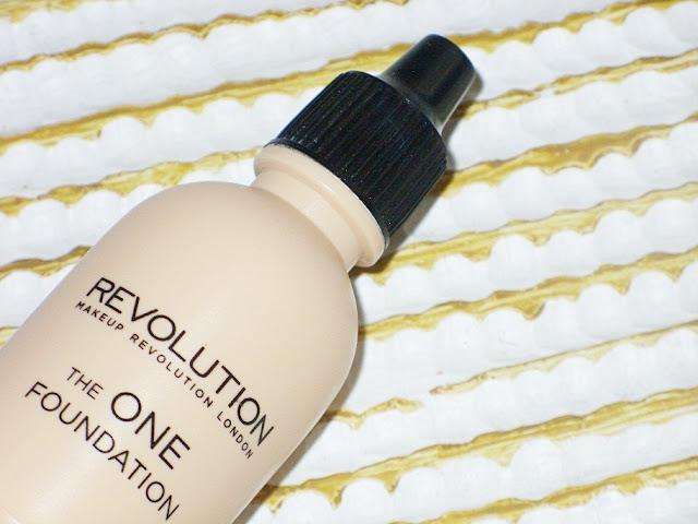 Biały podkład, czyli recenzja Makeup Revolution The One Foundation