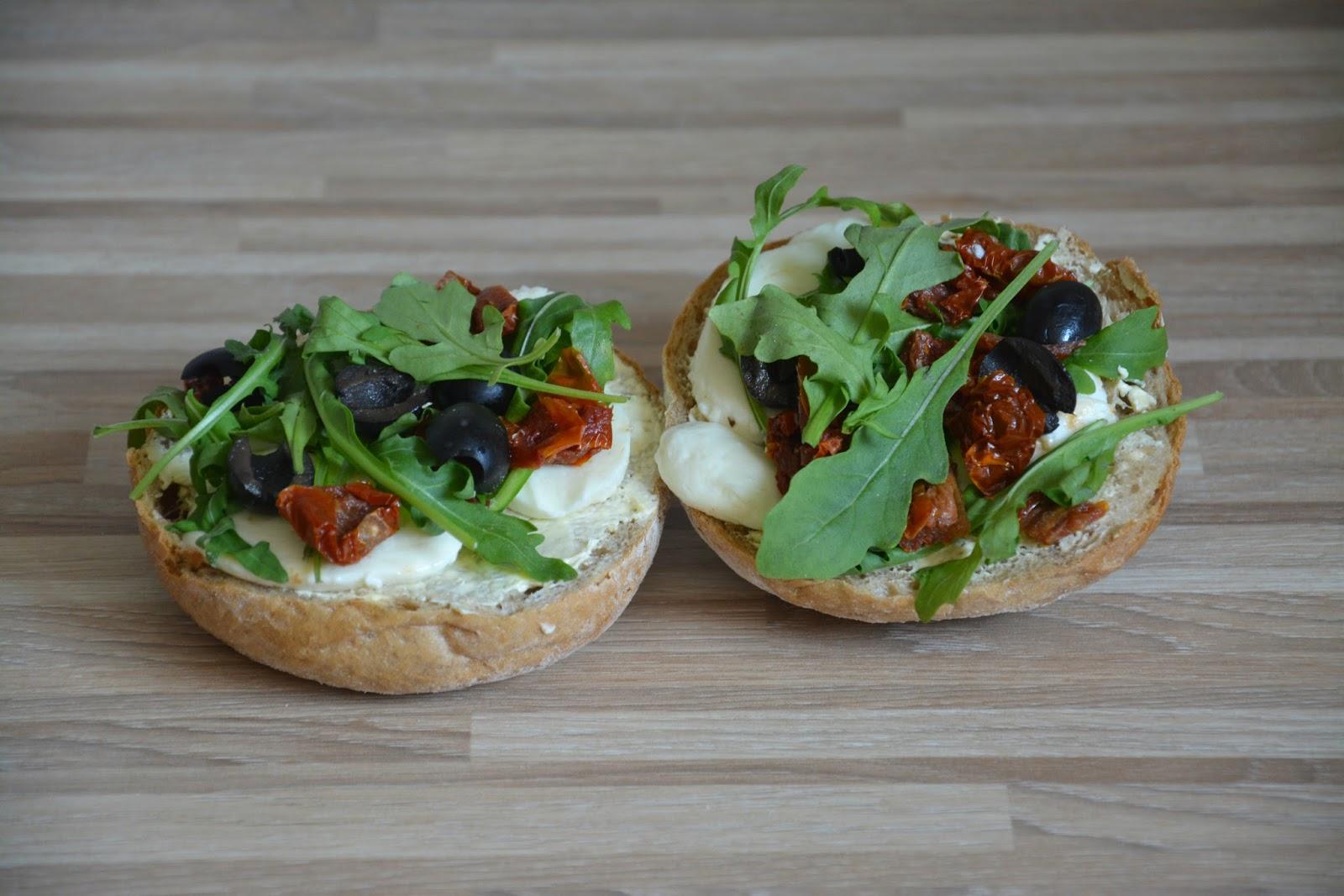 kanapki z serem mozarela, rucolą, oliwkami i szuszonymi ppomidorami
