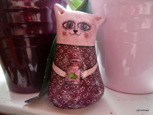kotka w fioletowej sukience w kwiatki
