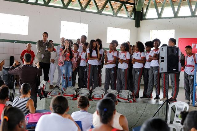 Resultado de imagem para Prefeitura de Lauro de Freitas entrega fardamento escolar ccnnews saiunoblog