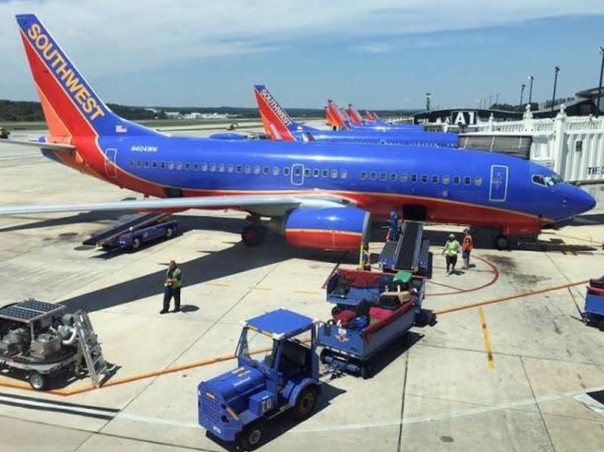 Volo diretto Los Angeles Dallas, arrestato dopo atterraggio d'emergenza: molestava la vicina di viaggio