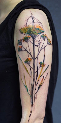 Adorável aquarela de inspiração manga da tatuagem. Há uma botânico de ar para a tatuagem como as flores estão florescendo em qualquer lugar, em única hastes ele faz você pensar sobre todas as plantas que você tem e talvez até fazer você cheirar as rosas.