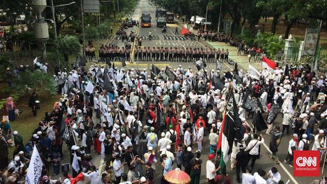 Peserta Aksi Jaga Bendera Tauhid Tidak Menyentuh Tanah