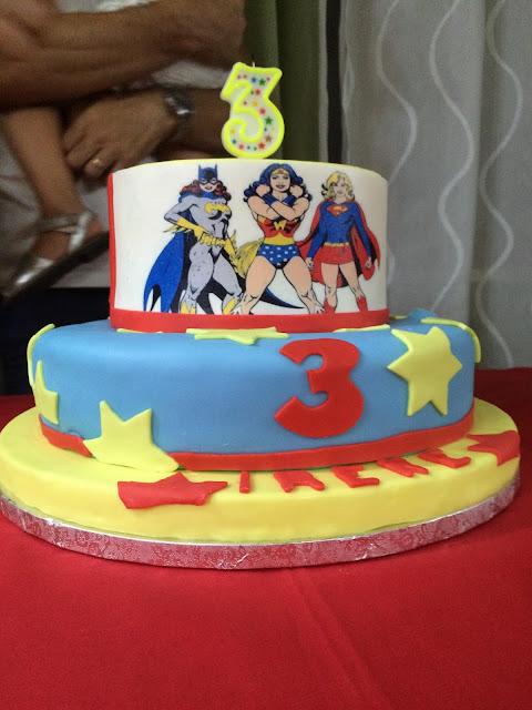 torta, sweet table e allestimento per una festa a tema supergirl