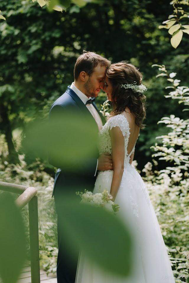 kāzu fotogrāfs fotosesija mežā