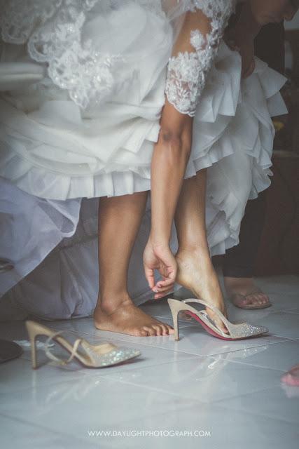 foto sepatu yang dipakai pengantin untuk misa pernikahan di gereja banteng yogyakarta