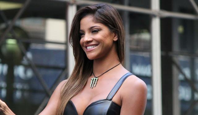 hermosa mujer latina con el pelo lacio