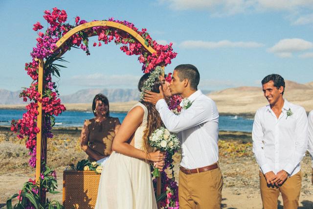 6e7990d78ef Así decidieron celebrar Amaia y Anael su boda en la playa de Lanzarote con  looks informales, de colores arena y vestidos ligeros. Una perfecta opción  para ...