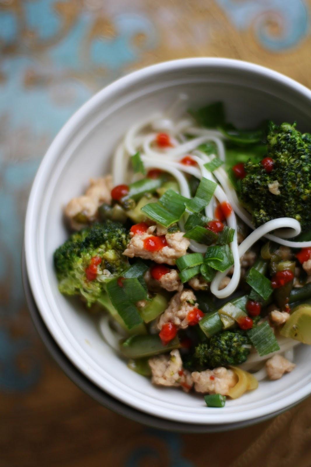 Hoisinkanaa ja nuudeleita kulhossa Mallaspulla ruokablogi nuudeli kana hoisinkastike Aasia Kiina