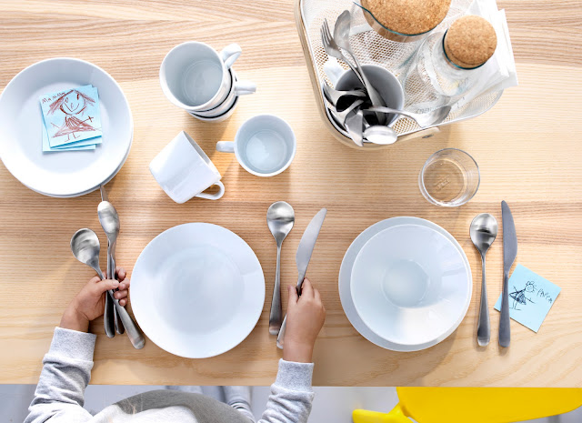 catálogo IKEA cocinas alrededor mesa