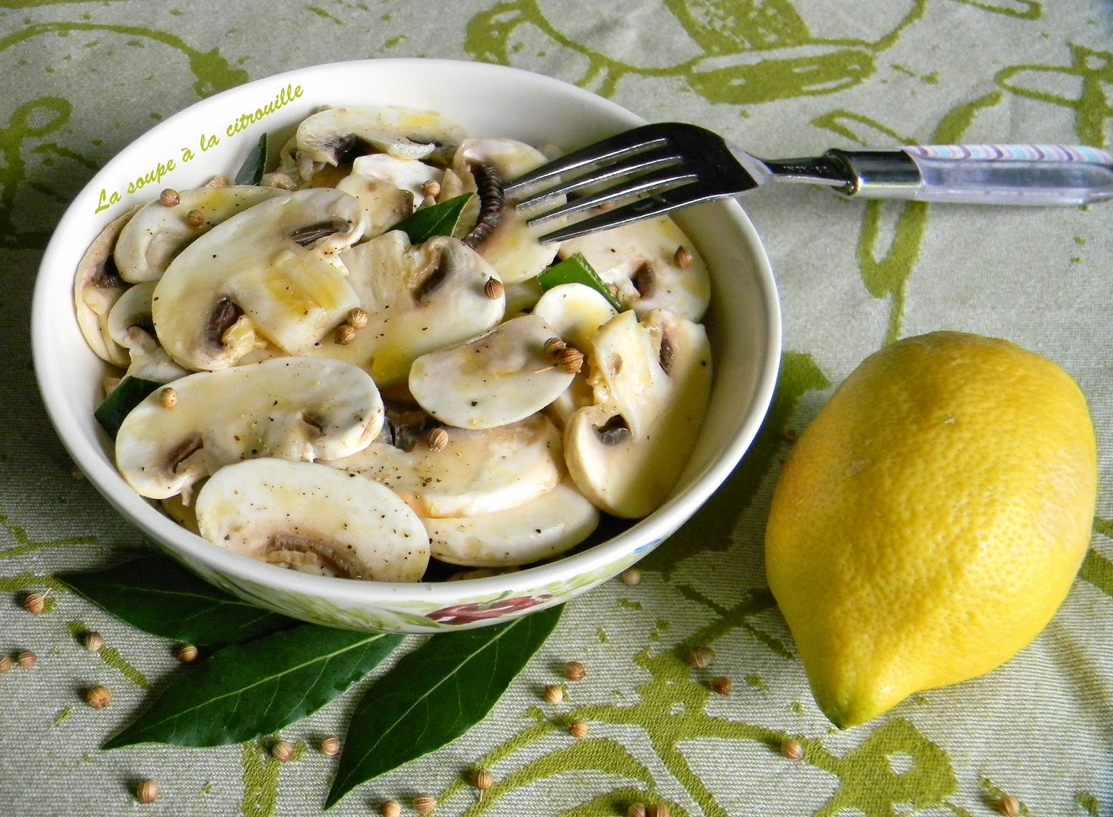 la soupe la citrouille salade de champignons crus l 39 huile d 39 olive et au citron. Black Bedroom Furniture Sets. Home Design Ideas