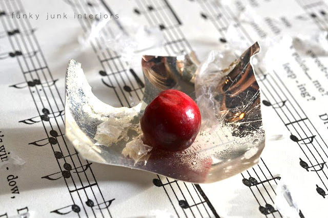 broken Christmas ornament for decoration / Christmas old window picture in the kitchen, viahttps://www.funkyjunkinteriors.net/