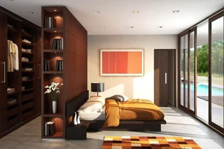 خزانة ثياب خلف السرير