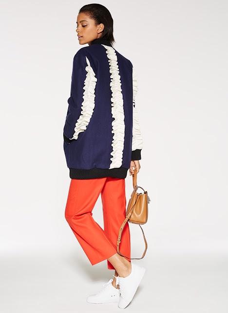Синий бомбер с оранжевыми брюками