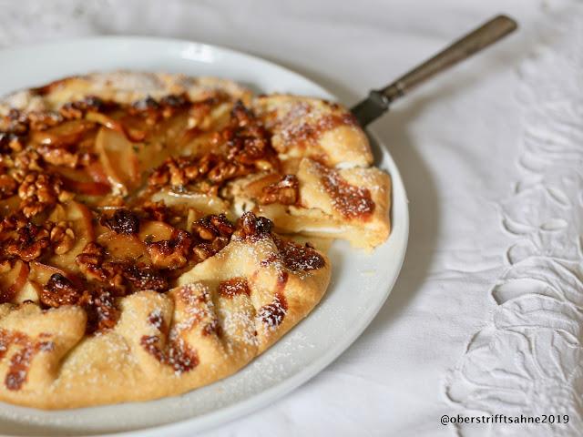 Apfelkuchen mit Kräutern, Ziegenfrischkäse und Salzkaramell