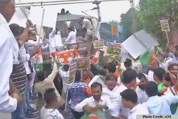rail-roko-protest-by-youth-congress-at-tilak-bridge-railway-station