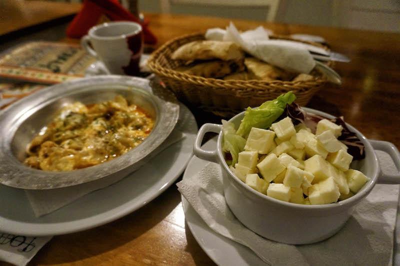 jedzenie w Bośni, jedzenie na Bałkanach, podróż do Bośni, podróż na Bałkany, sałatka szopska