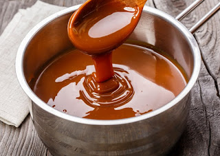 Receita: Aprenda a fazer uma calda de caramelo em 3 minutos