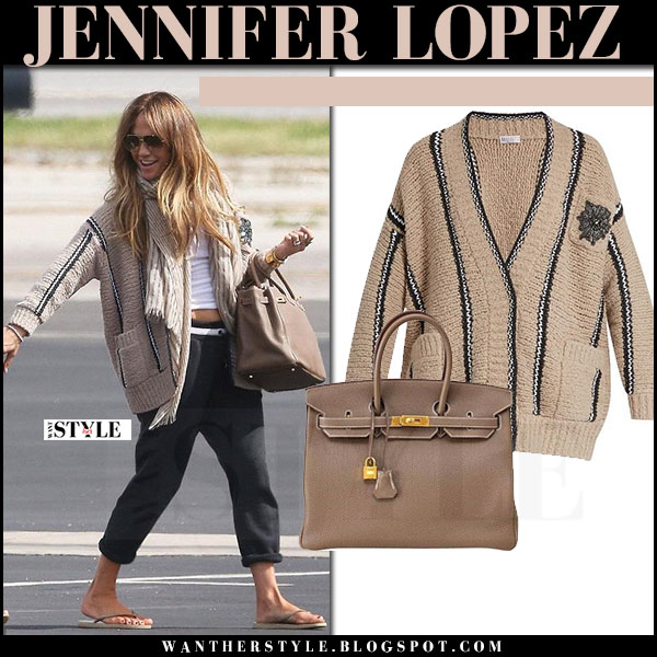 5b8d5a2c8532 Jennifer Lopez in beige knit cardigan brunello cucinelli and black sweatpants  what she wore streetstyle 2017