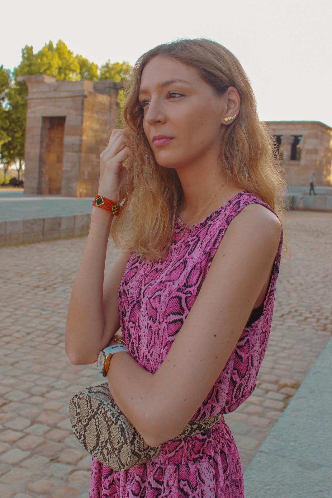 vestido-rosa-estampado-serpiente-riñonera-street-style