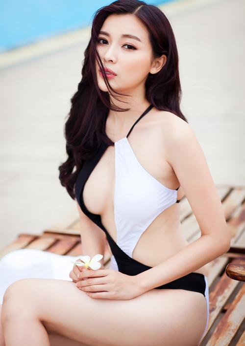 Người đẹp Cao Thái Hà gợi cảm đốt mắt bên bể bơi