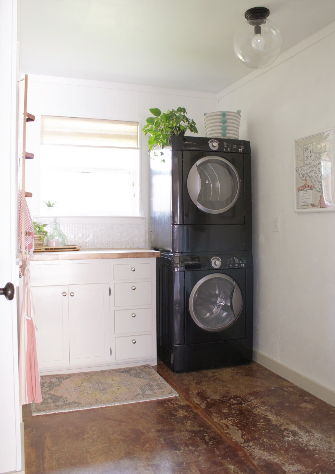 our laundry room makeover is complete and it's so pretty! || House Homemade