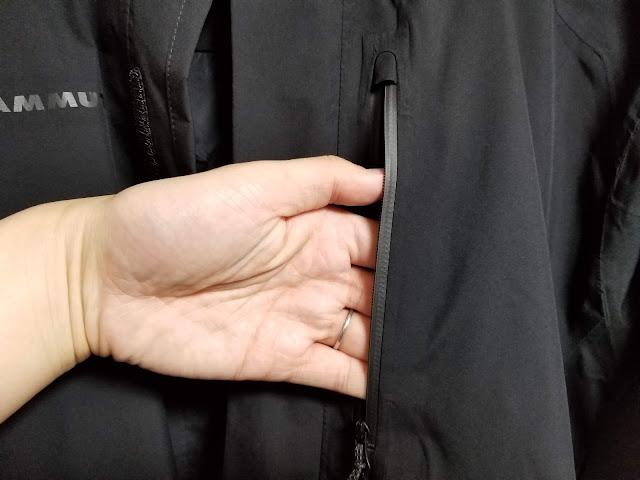 MAMMUTのアヤコ プロ HSフーデッドジャケットの胸ポケットに手を入れている画像