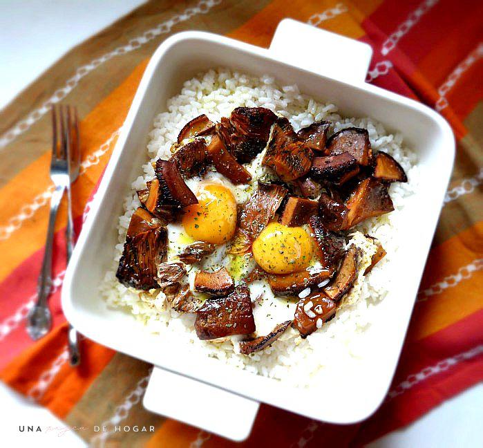 arroz con níscalos o rebollones y huevos rotos