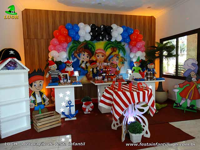 Decoração de aniversário infantil Jake e os Piratas em mesa provençal simples