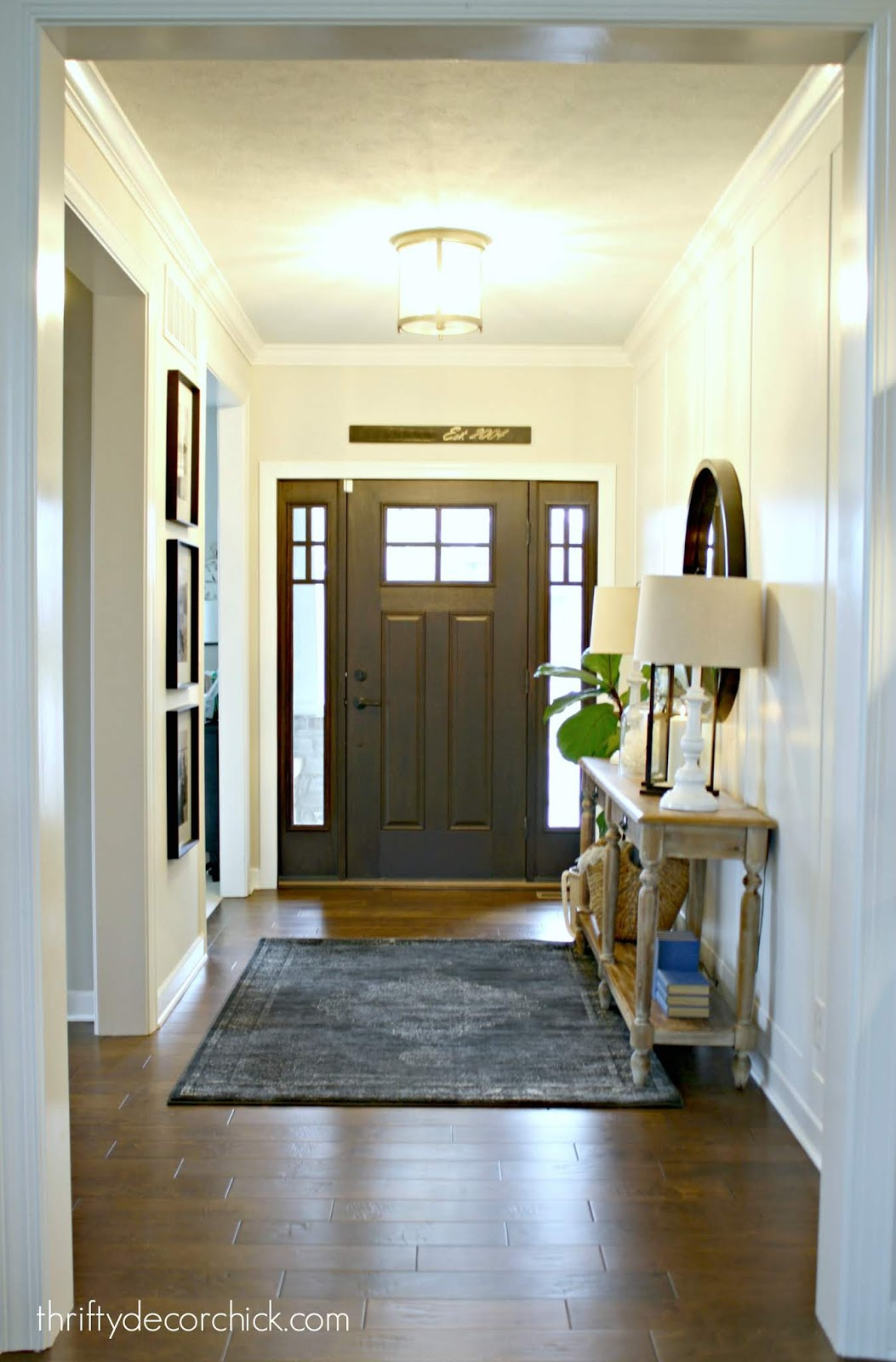 Decorating a foyer with table, mirror and rug