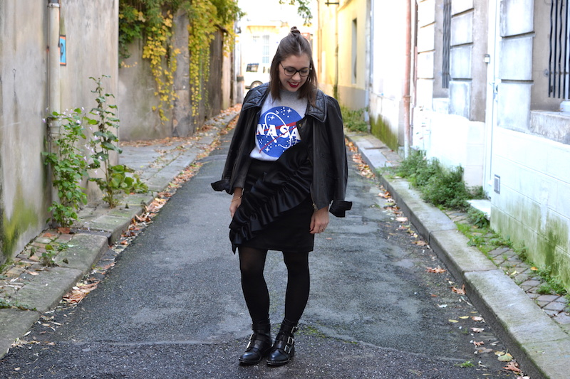 Perfecto Isabel Marant, pull NASA smmydress,jupe noire à froufrous & other stories, bottines Pimkie, collant noir