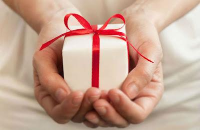Что лучше дарить или получать