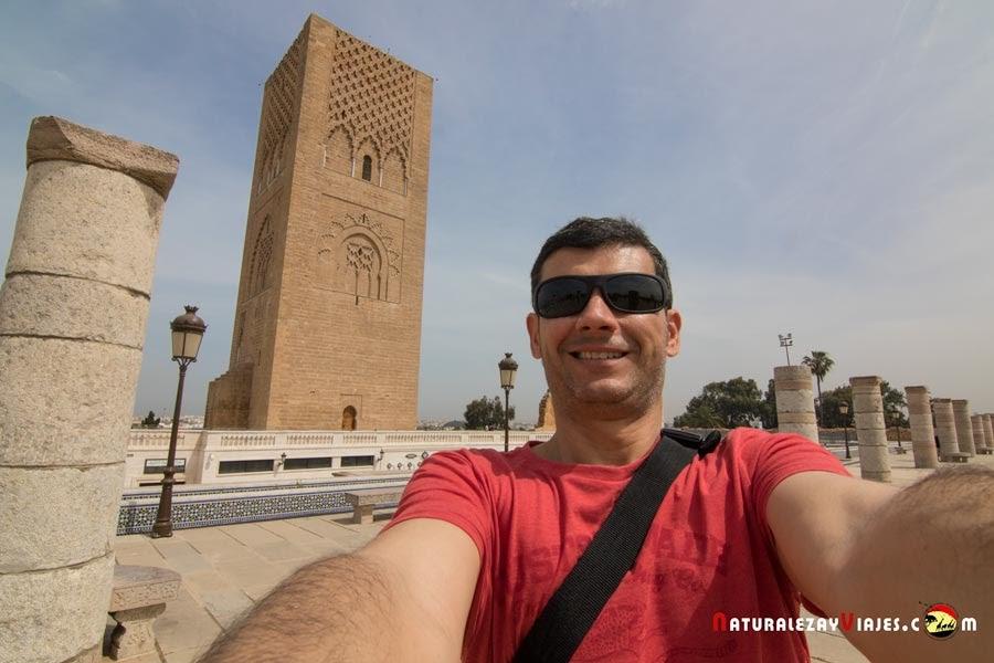 Junto a la Torre Hassan