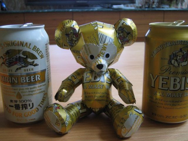 oso con latas de cerveza.