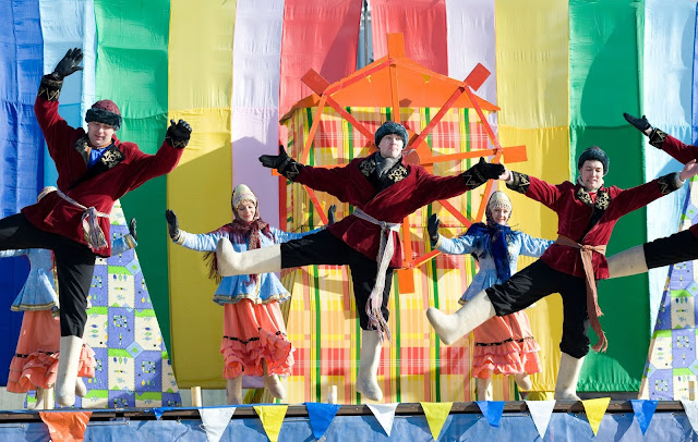 Actuaciones artísticas en el festival de Máslenitsa