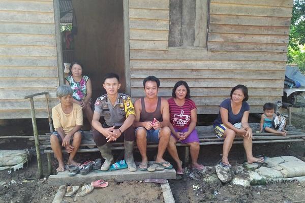 Kapospol Sambangi Warga di RT Batu Bedan Desa Tapang Semadak