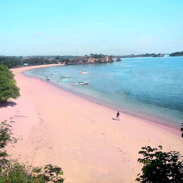 Foto pantai pink dari atas, sumber ig @fendiwijanarko
