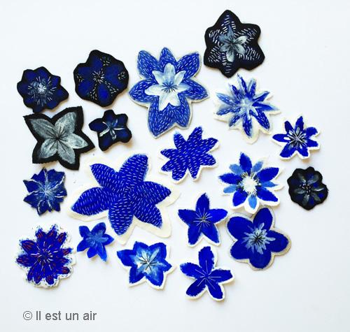 Fleurs bleues peintes sur tissu et brodées