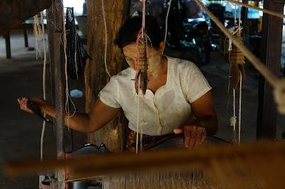 Penenun di Perkampungan tua Bagan