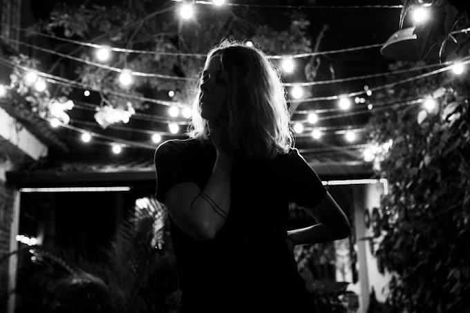 Cantora francesa lança música gravada com os Boogarins e prepara EP todo em português