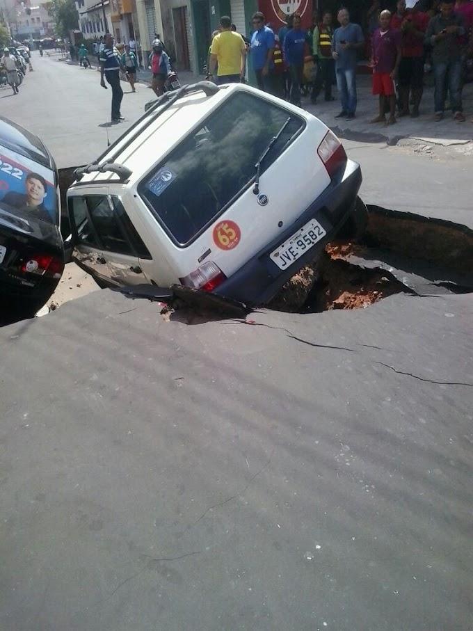 """DESCASO PÚBLICO: Erosão """"engole"""" carros em rua central de Caxias."""